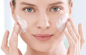 Használjon nem-mitesszerképző arclemosót a bőrtisztításhoz